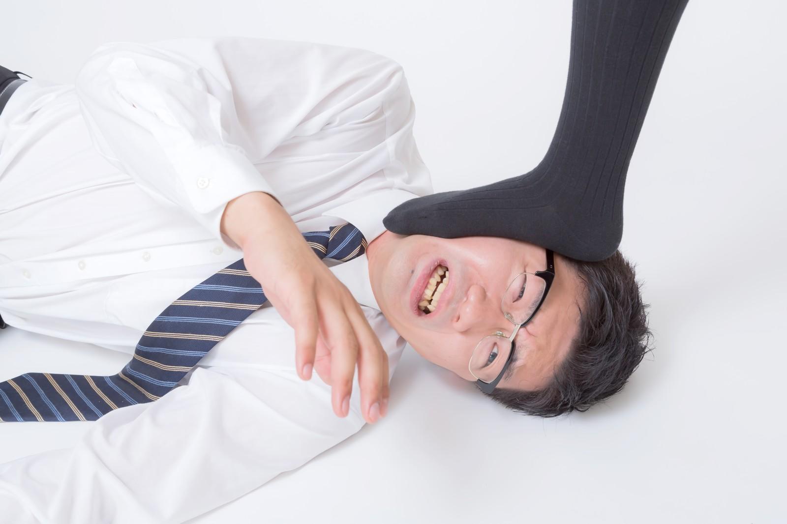 足蹴にする